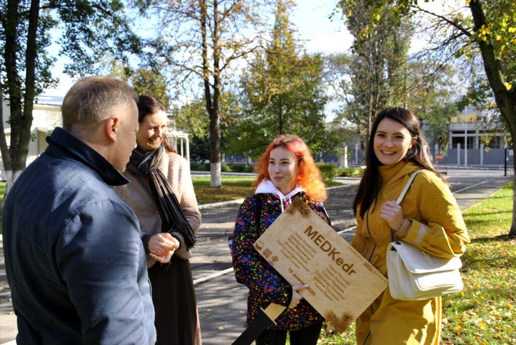 50 сибирских кедров высажено на территории НМУ в Киеве (8).jpg