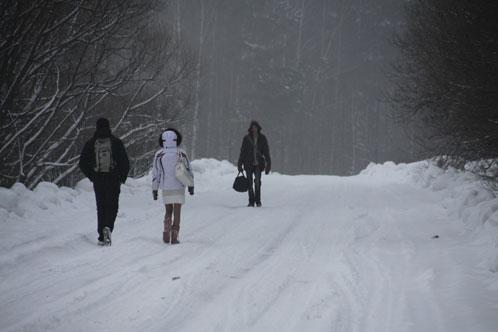 Дима и Вика идут привычной дорогой в школу.