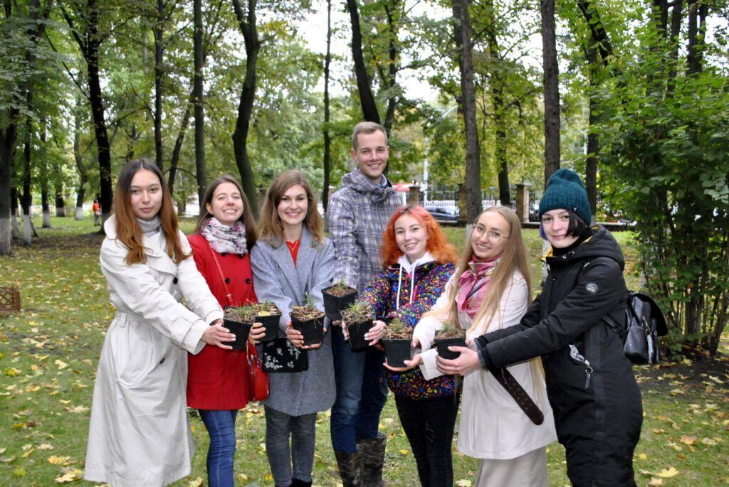 50 сибирских кедров высажено на территории НМУ в Киеве (5).jpg