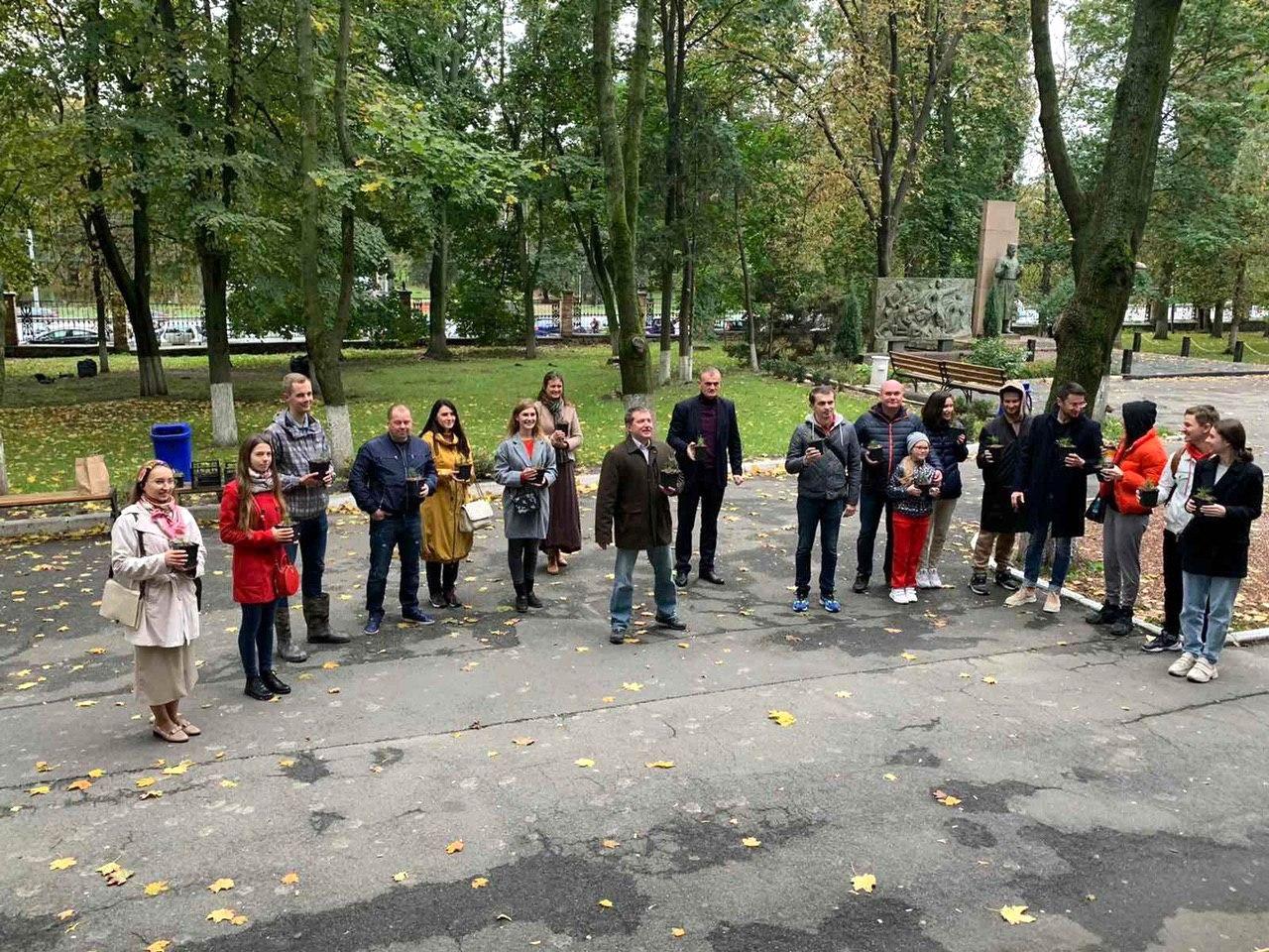 50 сибирских кедров высажено на территории НМУ в Киеве (2).jpg