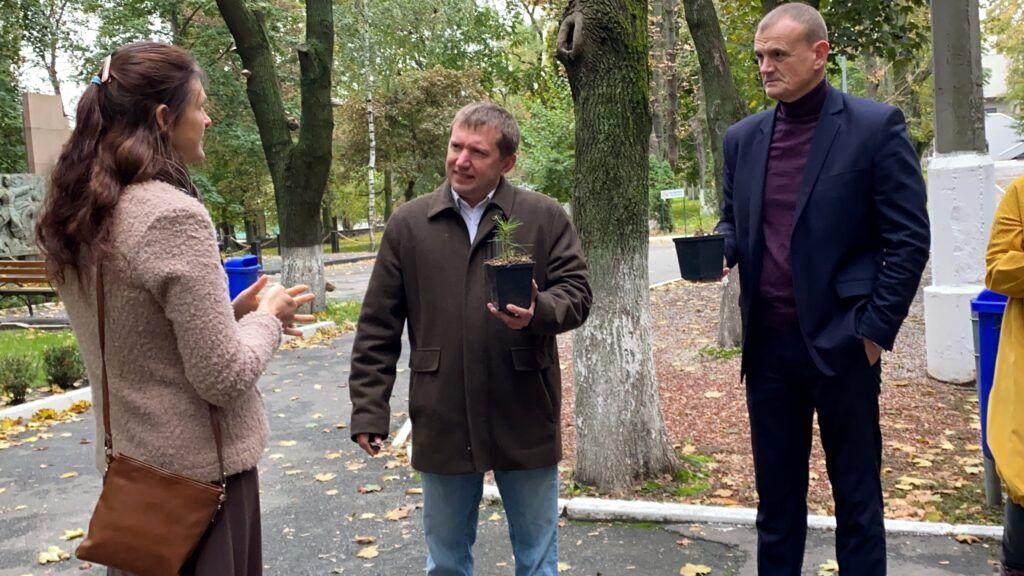 50 сибирских кедров высажено на территории НМУ в Киеве (6).jpg